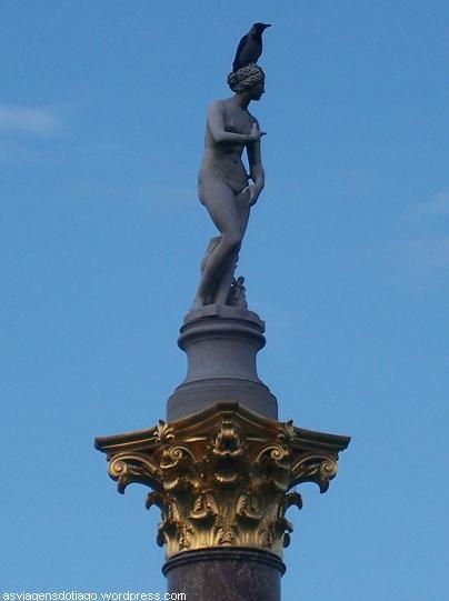 O corvo não faz parte da estátua...
